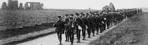 Men_of_the_CEF_10th_Alberta_Battalion_pass_Stonehenge_1914